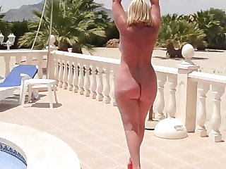 Fantastic big mature butt on display