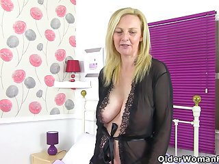 English milf Fiona stuffs her fanny with a dido