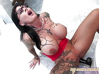 REAL FEMALE ORGASM WITH GERMAN TATTOO MILF